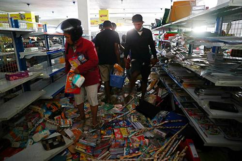 Người dân tìm hàng hóa, thực phẩm tại một siêu thị ở Palu hôm nay. Ảnh: Reuters