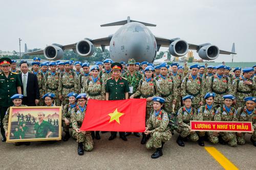 Đoàn sĩ quan Việt Nam chụp hình ltrước giờ sang Nam Sudan hôm 1/10. Ảnh: Thành Nguyễn.