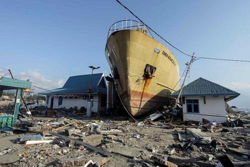 Một con tàu bị sóng thần cuốn trôi lên khu dân cư ở thị trấn Donggala sau thảm họa ngày 28/9. Ảnh: Reuters.