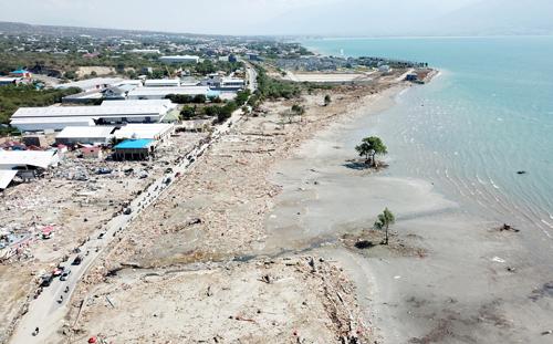Những ngôi nhà ở ven bờ biển Taipa, thành phố Palu bị san bằng sau trận sóng thần hôm 28/9. Ảnh: Reuters.