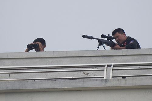 Lính bắn tỉa triển khai đội hình trong cuộc bao vây ngôi nhà do Sơn cố thủ. Ảnh: Nguyễn Hải.