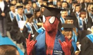Nam sinh Mexico hóa trang thành người nhện lên nhận bằng tốt nghiệp
