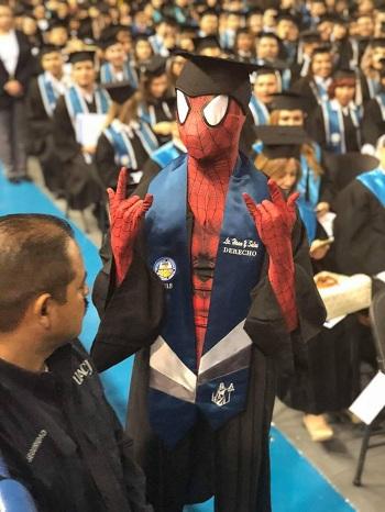 Hiram Yahir Salas Romero mặc trang phục không giống ai trong lễ tốt nghiệp.Ảnh: CEN