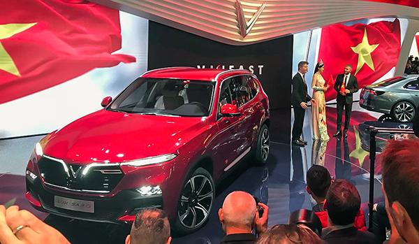 Hai chiếc xe xuất hiện thu hút sự chú ý của các vị khách mời. Ảnh: Bouniol Guillaume/Twitter