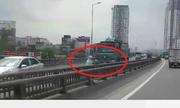 Cô gái lái xe máy một tay, phóng ngược chiều đường cao tốc