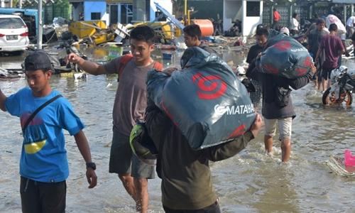 Người dân lấy đồ từ trung tâm mua sắm Matahari ở Palu ngày 30/9. Ảnh: AFP.