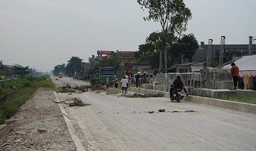 Nhiều phương tiện cơ giới không thể lưu thông trên tuyến đường 510. Ảnh: Lam Sơn.