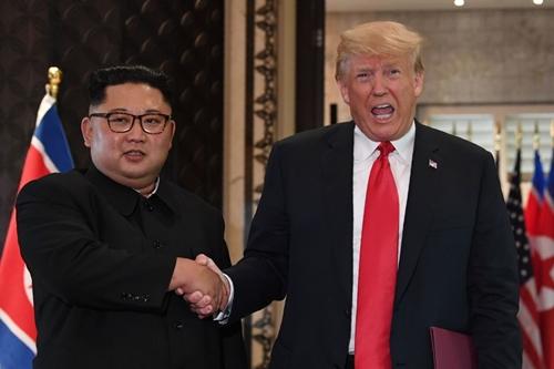 Tổng thống Mỹ Trump (phải) và lãnh đạo Triều Tiên Kim Jong-un tại Singapore hồi tháng 6. Ảnh: AFP.