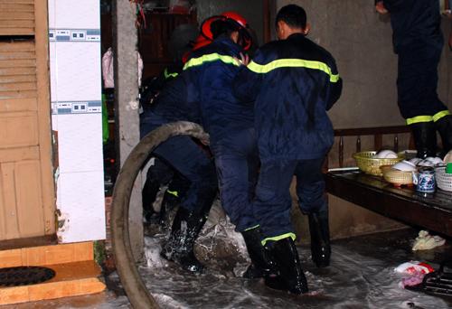 Cảnh sát phun dùng vòi rồng khống chế người đàn ông cố thủ. Ảnh:Hữu Vinh.