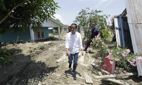 Tổng thống Indonesia Joko Widodo thăm khu bị động đất ở Palu ngày 3/10. Ảnh: AFP.