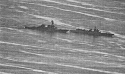 Tàu khu trục Trung Quốc (phải) áp sát ngay trước mũi USS Decatur, buộc tàu chiến Mỹ phải đổi hướng để tránh va chạm hôm 30/9. Ảnh: US Navy.