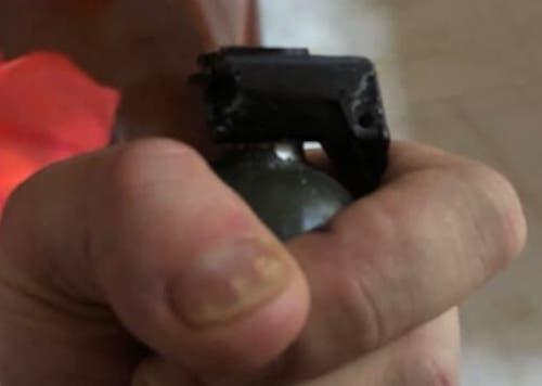 Quả lựu đạn trên tay của Sơn lúc đang cố thủ trogn nhà.