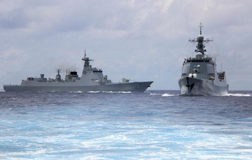 Tàu khu trục Lan Châu (phải) diễn tập cùng một chiến hạm khác của Trung Quốc trên Biển Đông ngày 15/5/2017. Ảnh: PLA Daily.