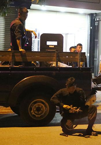 Công an Nghệ An điều động 250 người với nhiều vũ khí tham gia vây ráp ngôi nhà lúc Sơn cố thủ. Ảnh: Nguyễn Hải.