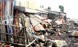Sóng biển lớn đe dọa cuộc sống hàng chục hộ dân ở Phú Yên