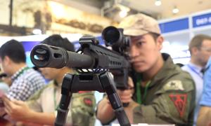 Các mẫu súng hiện đại hội tụ trong triển lãm ở Hà Nội