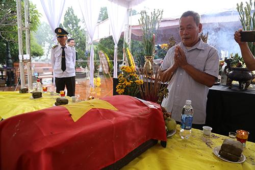 Ông Nguyễn Văn Thuận, em trai liệt sĩ Hưng, xin phép liệt sĩ trước khi đưa lên xe về quê an táng. Ảnh: Hoàng Táo
