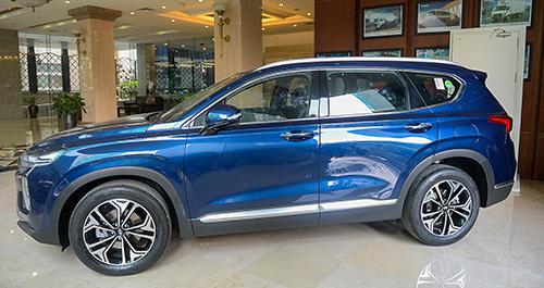 Santa Fe 2019 trưng bày tại toà nhà của Hyundai ở Hà Nội. Ảnh: TN.