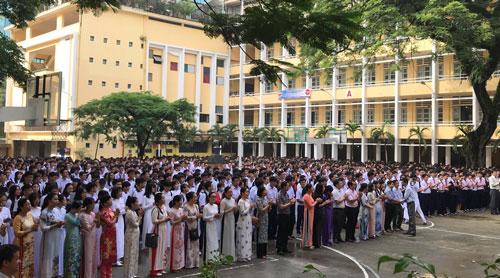 Hàng nghìn giáo viên và học sinh trường THPT chuyên Trần Đại Nghĩa chia tay thầy Lâm Triều Nghi. Ảnh: Thu Trang.
