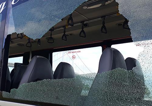 Ba tấm kính trên một xe buýt trợ giá của Đà Nẵng bị vỡ toang do nam thanh niên dùng mã tấu chém. Ảnh: Q.A.