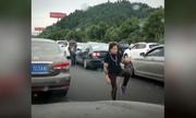 Người phụ nữ tập Thái cực quyền 2 tiếng giữa đám tắc đường