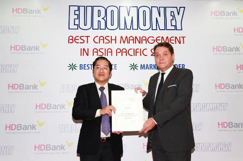 Ông Phạm Quốc Thanh - Phó tổng giám đốc HDBank nhận giải thưởng từ đại diện tổ chức Euromoney