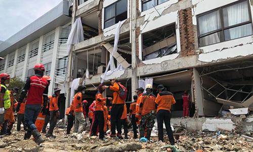 Lực lượng cứu hộ làm việc tại khách sạn Mercure ở Palu. Ảnh: CNN