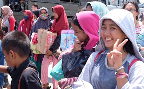Những người dân chờ lên tàu quân sự rời khỏi Palu hôm qua. Ảnh: CNN