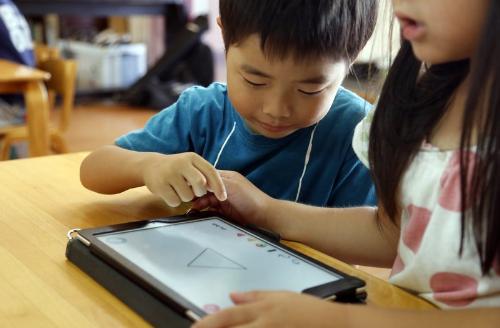 Trường mầm non Nhật Bản sử dụng máy tính bản để dạy học