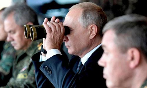 Tổng thống Putin cầm ống nhòm quan sát một cuộc tập trận của quân đội Nga ở Đông Siberia hôm 13/9. Ảnh: AP.