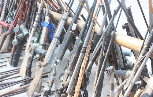 Hàng trăm khẩu súng tự chế được Công an Quỳ Châu vận động người dân giao nộp thời gian qua. Ảnh: Kế Kiên.