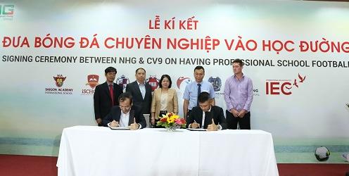 Cầu thủ Lê Công Vinh và Tiến sĩ Đỗ Mạnh Cường, Thường trực hội đồng giáo dục Tập đoàn Giáo dục Nguyễn Hoàng ký kết hợp tác triển khai chương trình.