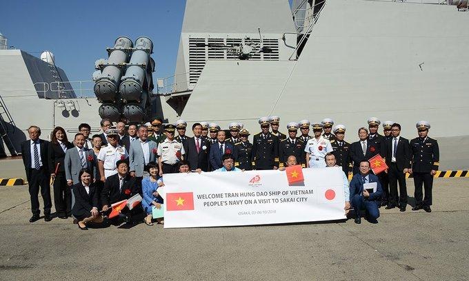 Người Nhật vẫy cờ đón tàu tên lửa Việt Nam vào thăm cảng