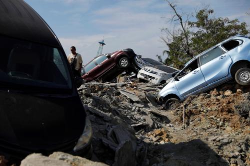 Ôtô và đường sá bị hư hại do hiện tượng đất hóa lỏng ở làng Petobo, tỉnh Trung Sulawesi sau trận động đất mạnh hôm 28/9. Ảnh: Reuters.