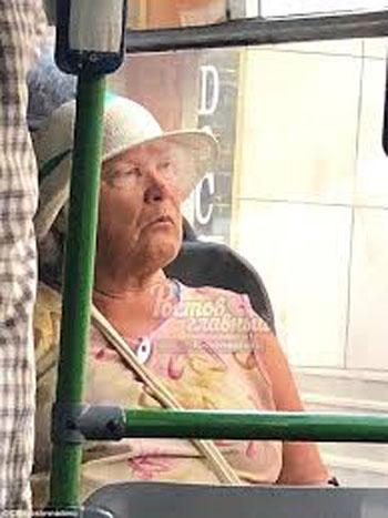 Bức ảnh cụ bà giống Tổng thống Mỹ Donald Trump trên xe ở Nga được đăng tải hôm 16/7. Ảnh: Twitter.