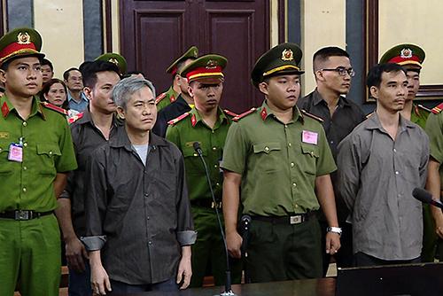 Bị cáo Lưu Văn Vịnh (tóc bạc) và các đồng phạm nghe tuyên án. Ảnh: Lan Ngọc.