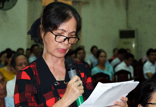Bà Nguyễn Thị Dung phát biểu tại buổi tiếp xúc cử tri. Ảnh: Mạnh Tùng.