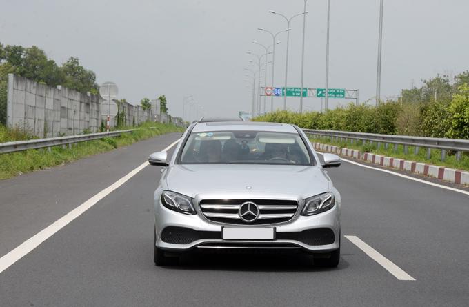 Mercedes E250 2018 có giá bán khoảng 2,48 tỷ đồng.