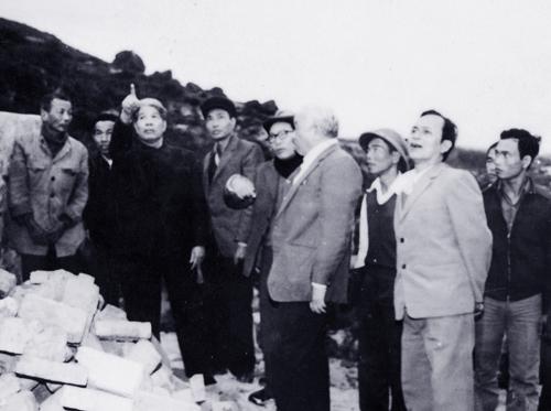 Cố Tổng bí thư Đỗ Mười (thứ ba bên trái qua) thăm hợp tác xã nông nghiệp Duy Sơn II, tỉnh Quảng Nam-Đà Nẵng năm 1989. Ảnh: TTX.
