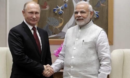 Tổng thống Nga (trái) và Thủ tướng Ấn Độ gặp nhau tối 4/10. Ảnh: Reuters.