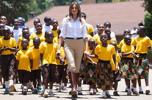 Bà Melania vừa đi vừa hát cùng các trẻ em ở trại trẻ mồ côi Kenya. Ảnh: AFP