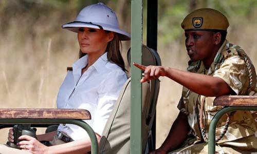 Đệ nhất phu nhân Mỹ Melania Trump đội chiếc mũ trắng từ thời thuộc địa khi thăm một công viên hoang dã ở Kenya. Ảnh: Reuters.