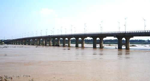 Cầu Thạch Bích nhìn từ bờ bắc sông Trà Khúc. Ảnh: Phạm Linh.