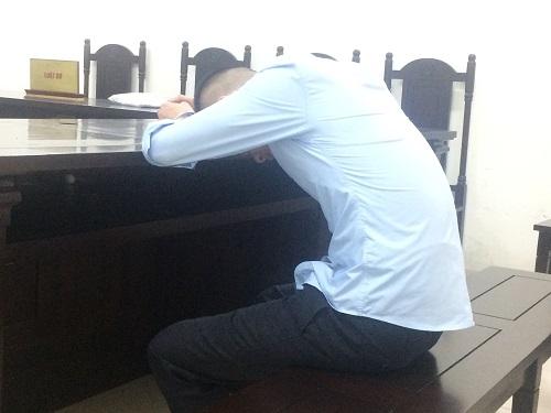 Tại tòa Khoa luôn cúi mặt khi khai báo, còn giờ nghị án lại gục mặt xuống bàn không nhìn người thân nào.
