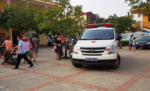 Xe cứu thương đến trường Tiểu học Đinh Tiên Hoàng vận chuyển trẻ đến bệnh viện. Ảnh: Lam Sơn.