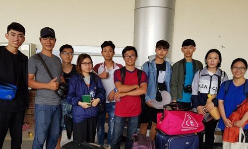 Các sinh viên Việt Nam được đưa đến nơi an toàn sau thảm họa. Ảnh: TTXVN.