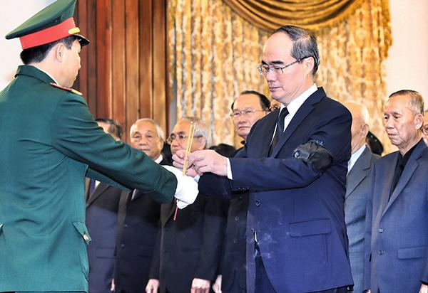 Bí thư Thành ủy TP HCM Nguyễn Thiện Nhân tronglễviếng cố Tổng bí thư Đỗ Mười tại Hội trường Thống Nhất.