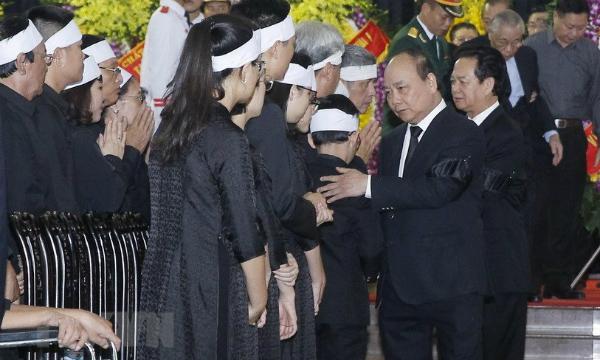 Thủ tướng Nguyễn Xuân Phúc dẫn đầu Đoàn Chính phủ viếng cố Tổng bí thư. Ảnh: TTX