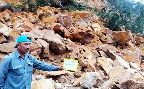 Đất đá từ núi cao bị sạt lở, nằm chắn ngang trên đèo Khánh Lê, Khánh Hòa. Ảnh: An Phước