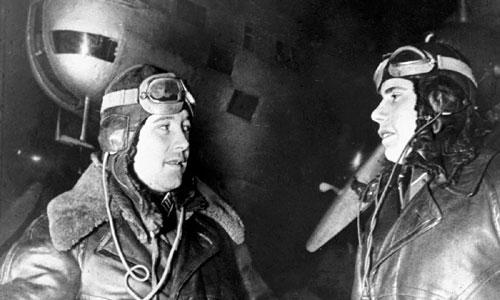 Đại tá Evgeniy Preobrazhenskiy nói chuyện với hoa tiêu Pyotr Khokhlov, người cùng tham gia trận không kích Berlin ngày 8/8/1941.